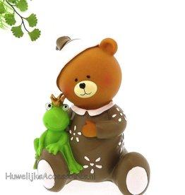 Leuke baby beertje zit met een kikker