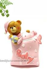 Leuke baby beertje ligt op een kussen met een bal
