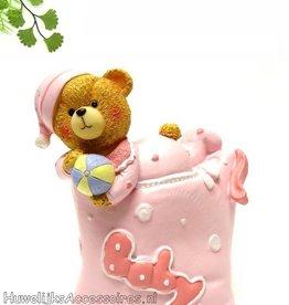 Baby beertje ligt op een roze kussen