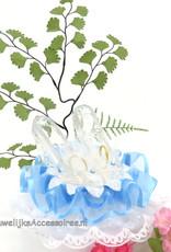 Glazen slippers op een witte kanten bodem taarttopper