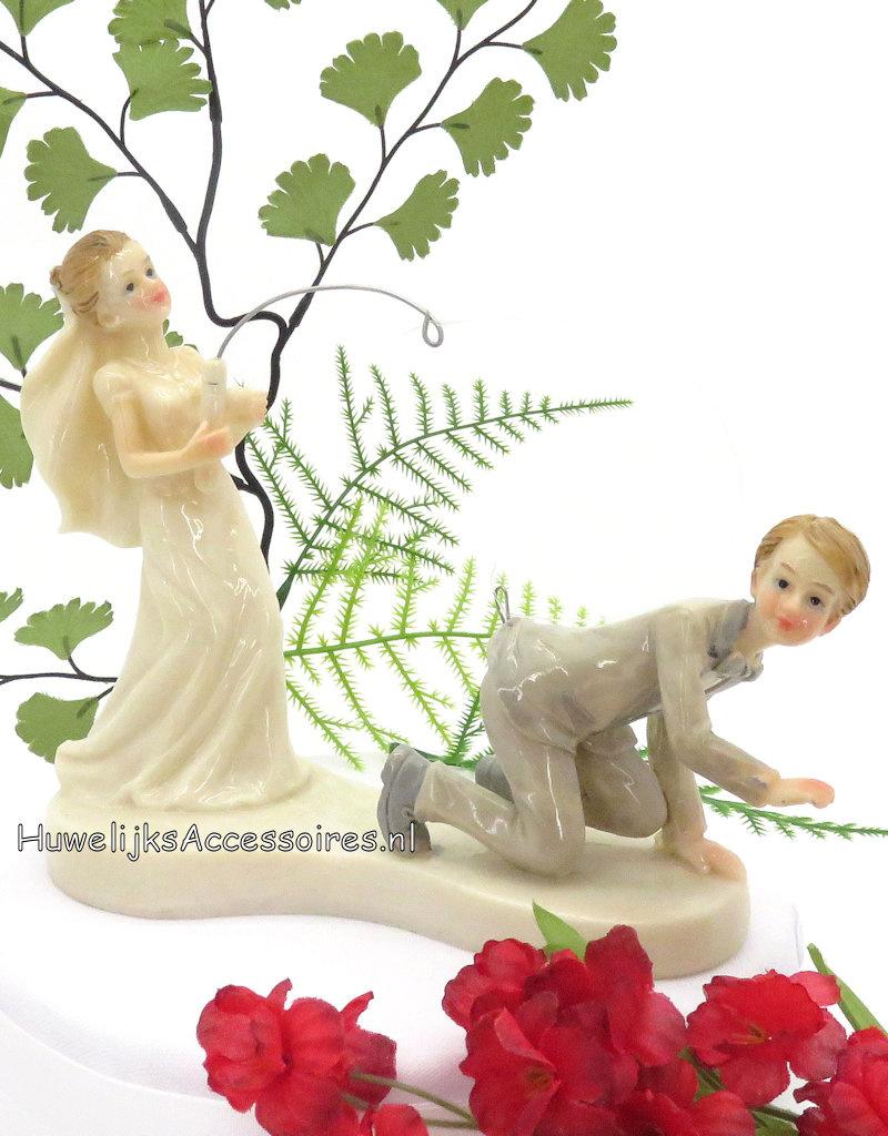 Komische bruidspaar bruid vangt bruidegom met vishaak