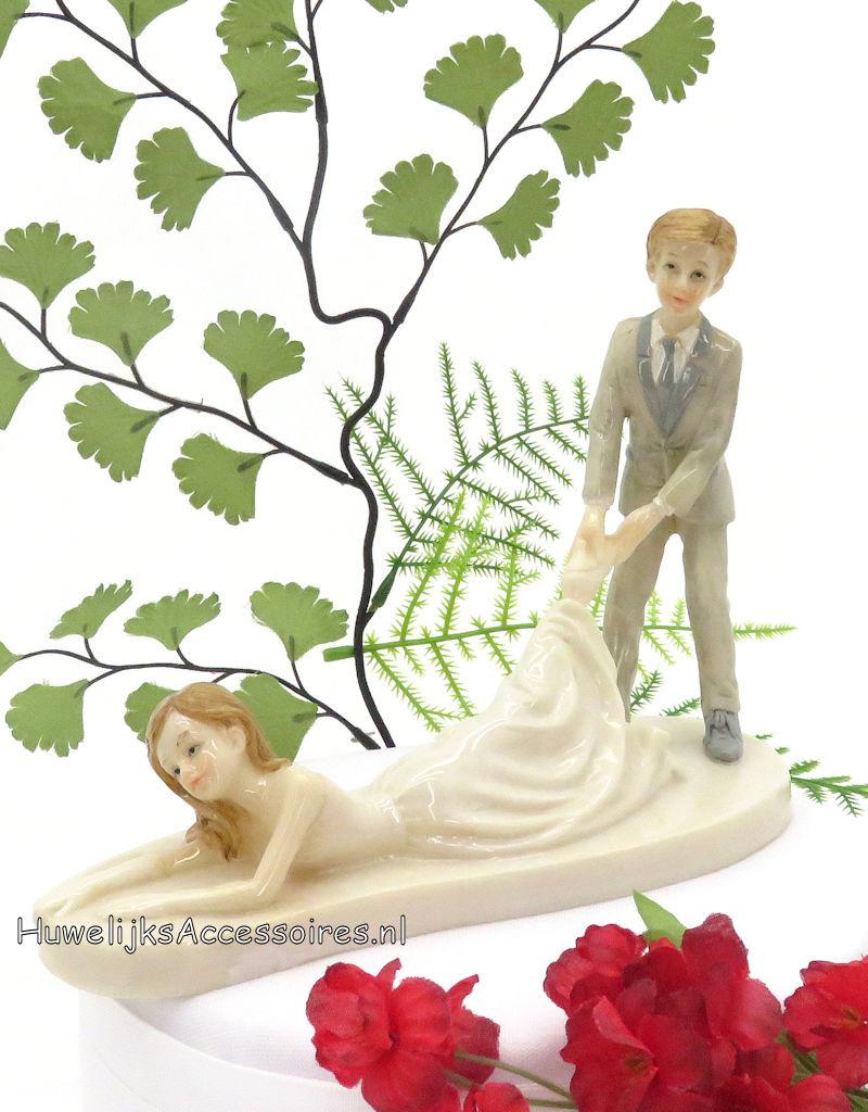 Komische bruidegom sleept de bruid over de grond mee
