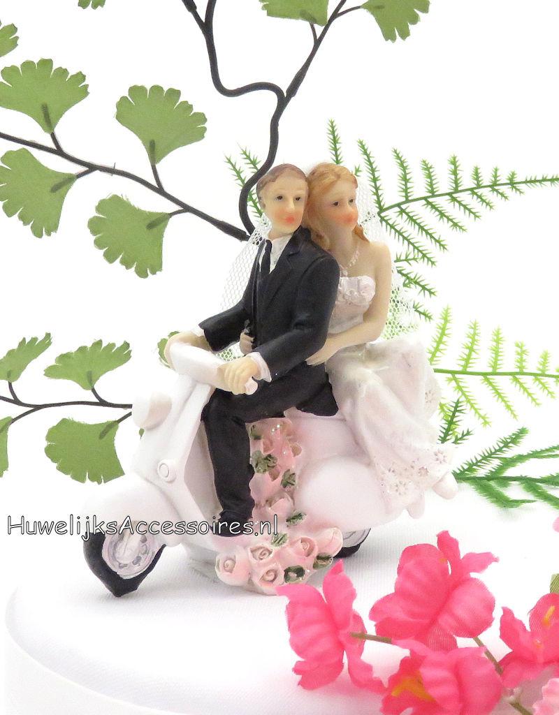 Komische bruidspaar taarttopper, samen zitten ze op een bromfiets