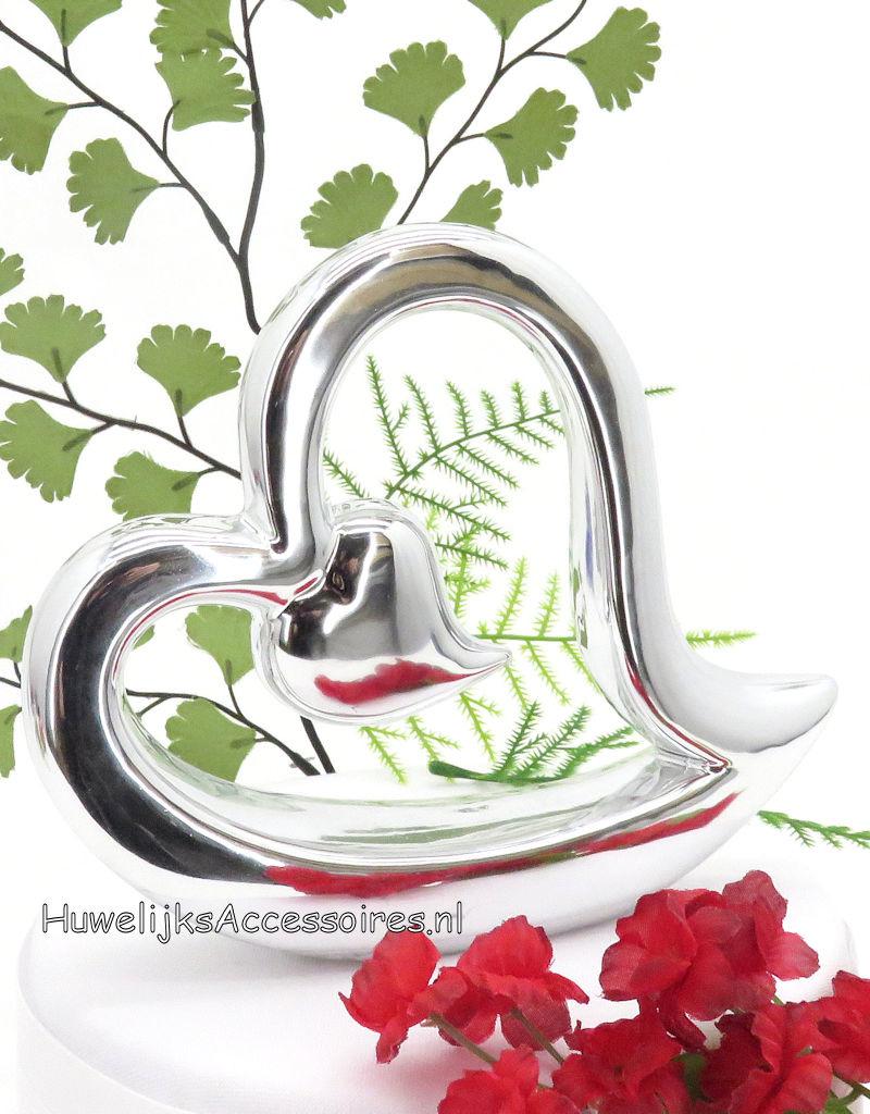 Porseleinen bruiloft taarttopper met twee zilver hartjes