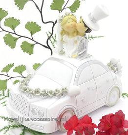 Bruidspaar in een wit en zilver bruidsauto