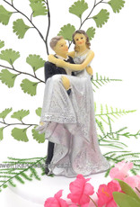 Leuke huwelijkspaar, de bruid zit rechts op de arm van de bruidegom