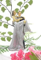 Zilveren huwelijkspaar, de bruid zit links op de arm van de bruidegom