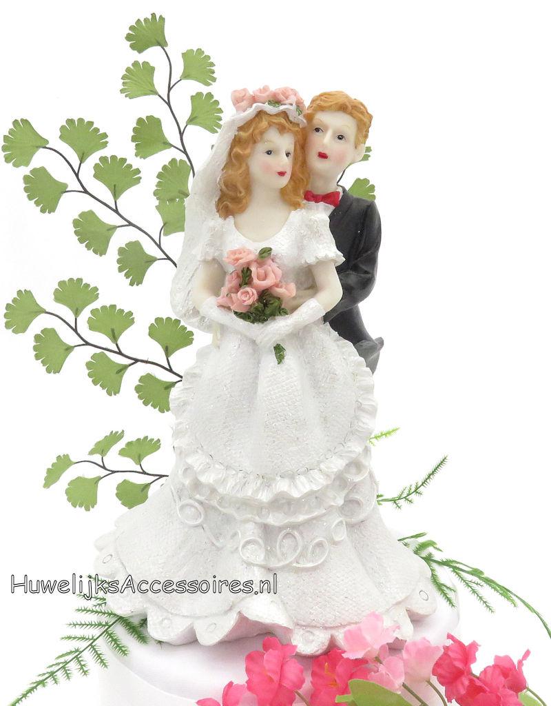 Een mooie bruidspaar taart topper met bloemen