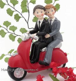 Homopaar op een rode Vespa