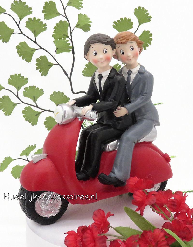 Homopaar zitten samen op een rode Vespa