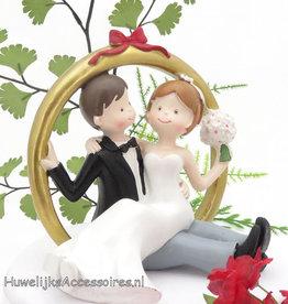 Bruidspaar zitten in een ring taarttopper