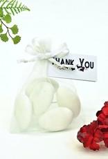 Mooie witte organza zakje met bruidssuiker