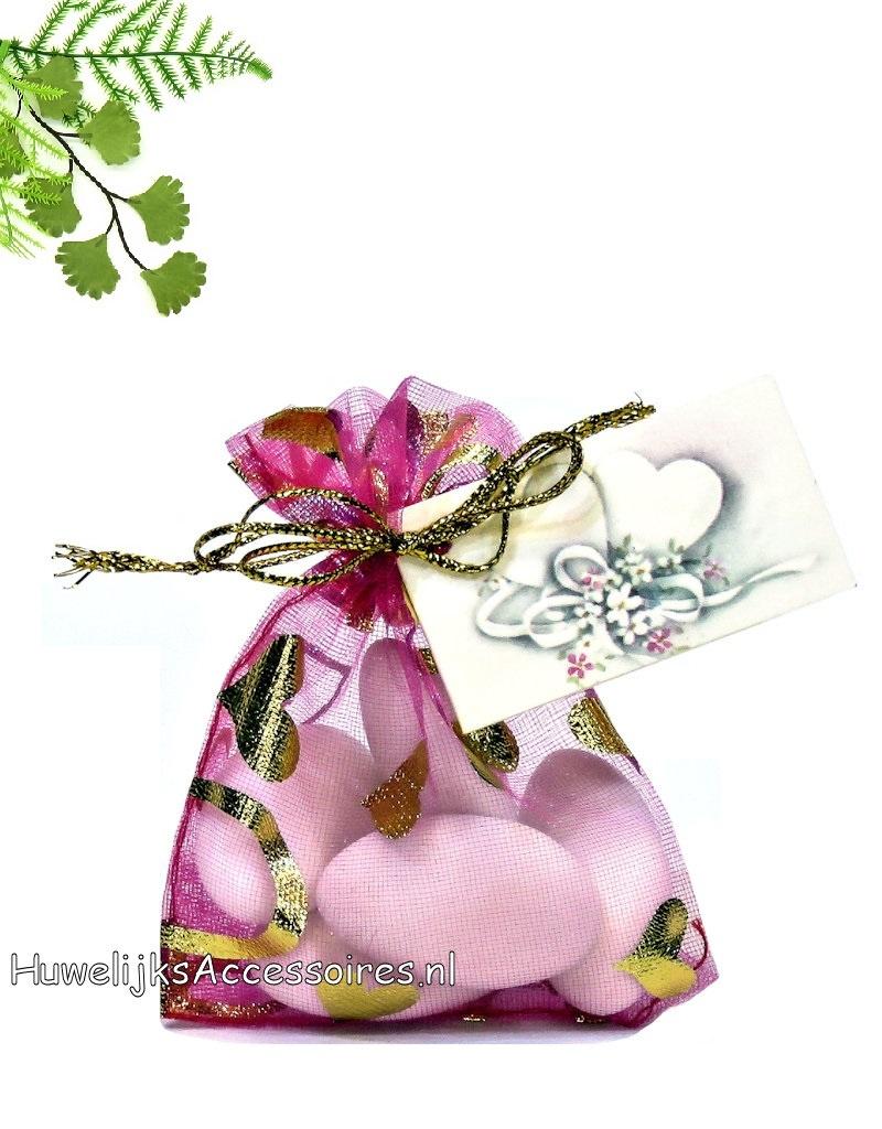 Fuchsia organza zakje met gouden hartjes en bruidssuiker