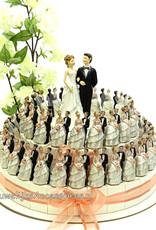 Bruidssuiker taart versierd met bruidsparen met zalm lint