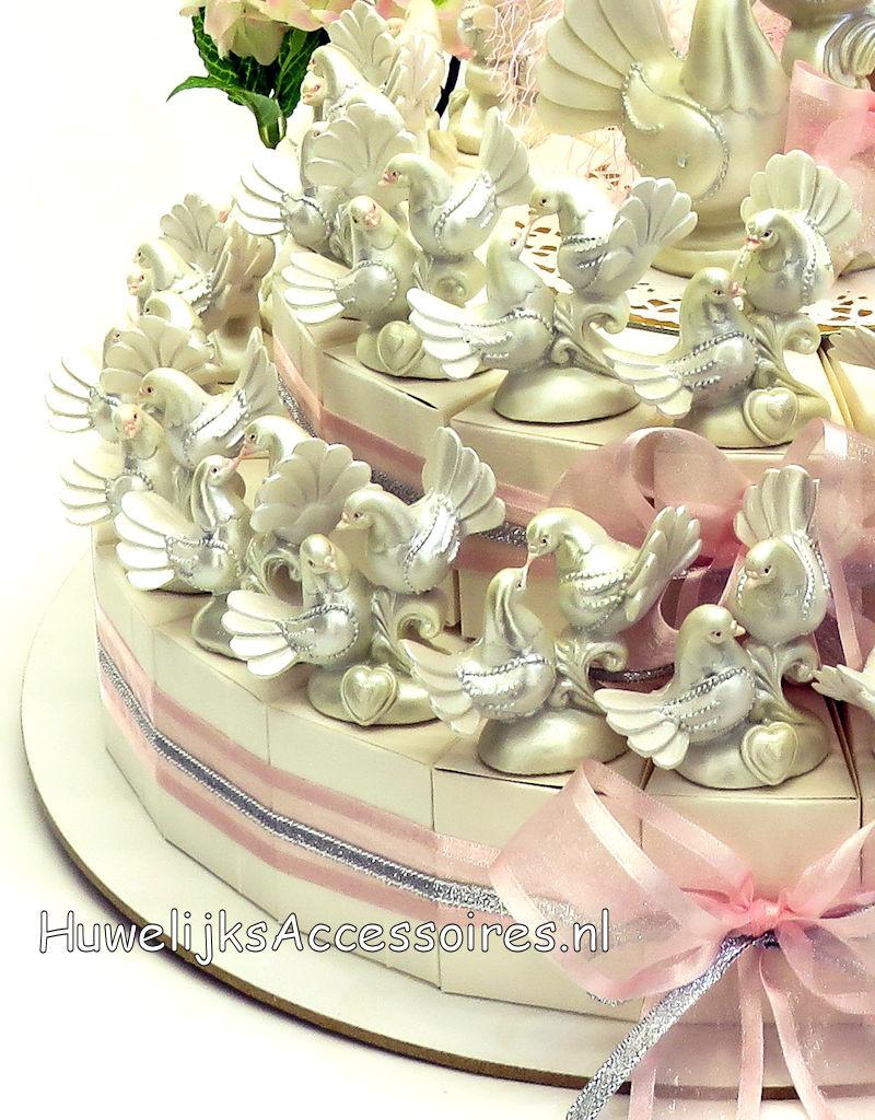 Huwelijks bedankjes taart versierd met duivenparen