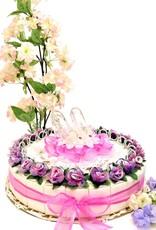 Bruiloft bedankjes taart versierd met zilver ringen en bloemen
