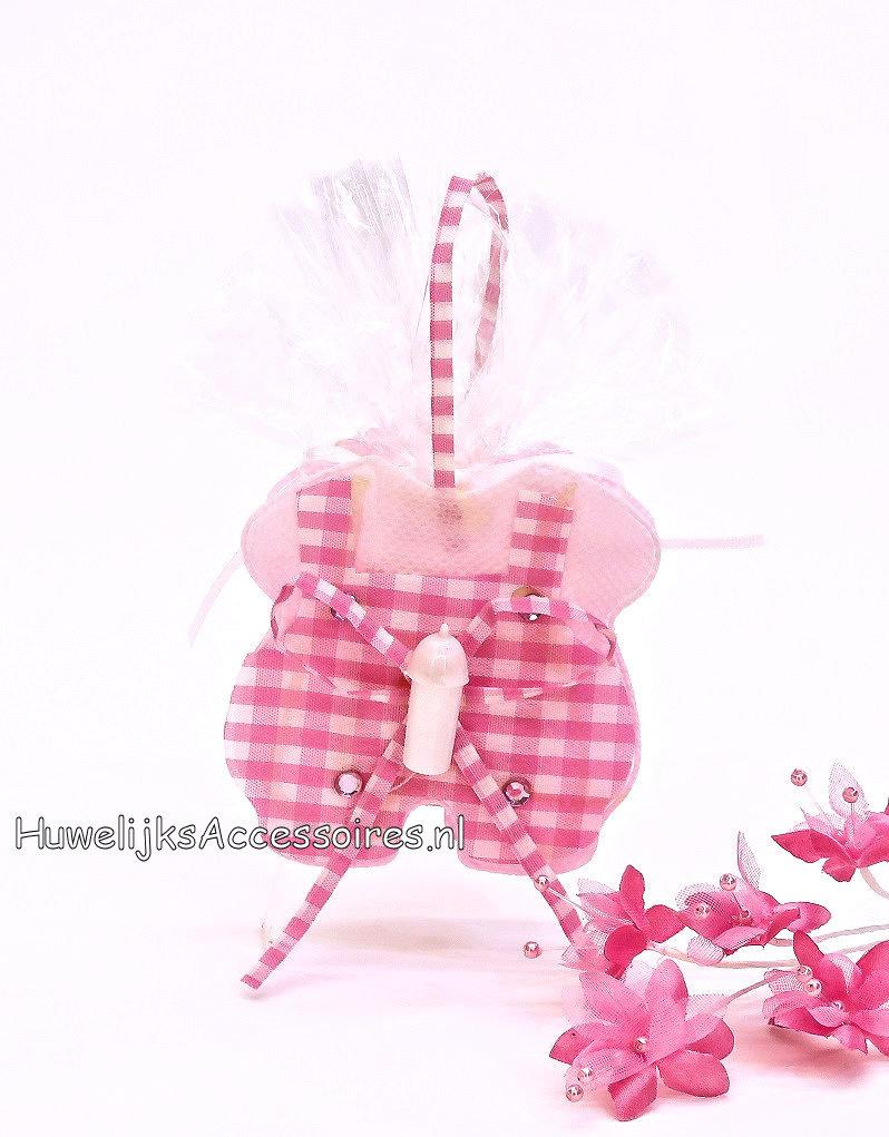 Leuke baby pakje als bedankje versiert met suiker hartjes
