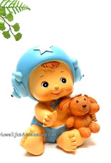 Baby jongetje zit te spelen met een knuffel beertje