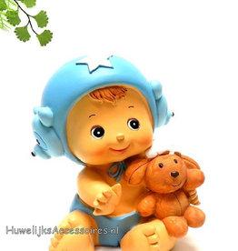 Baby jongetje met een knuffel beertje