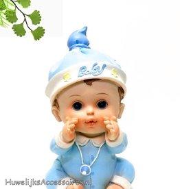 Leuke zittende baby in blauwe pyjama