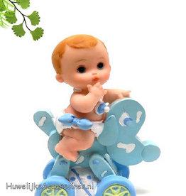 Schattige baby jongetje op een rij wagentje