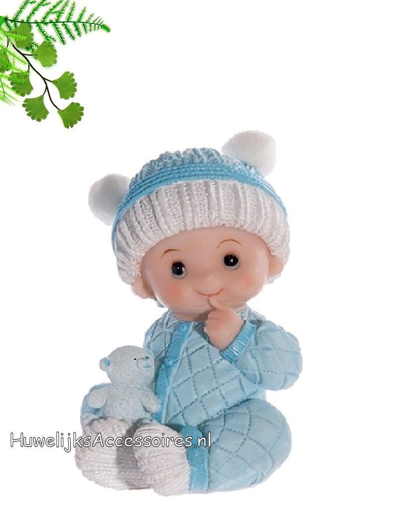 Zittende baby jongetje met beertje in blauwe pyjama