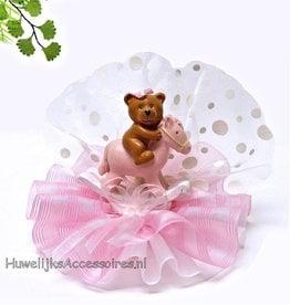 Baby beertje op een roze schommelpaard