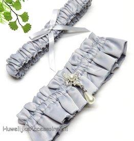 Zilver grijs satijnen kousenbandje set