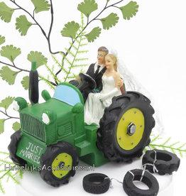 Bruidspaar in een groene tractor