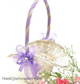 Witte rieten bloemenmandje met lila versiering