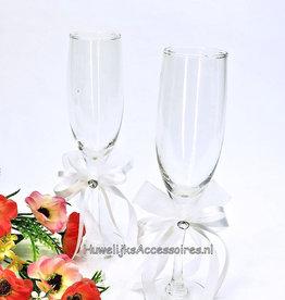 Champagneglazen met witte strikken