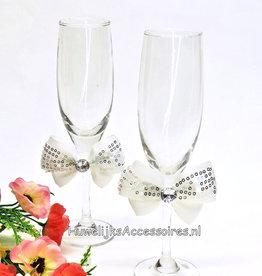 Champagneglazen met grote witte strikken