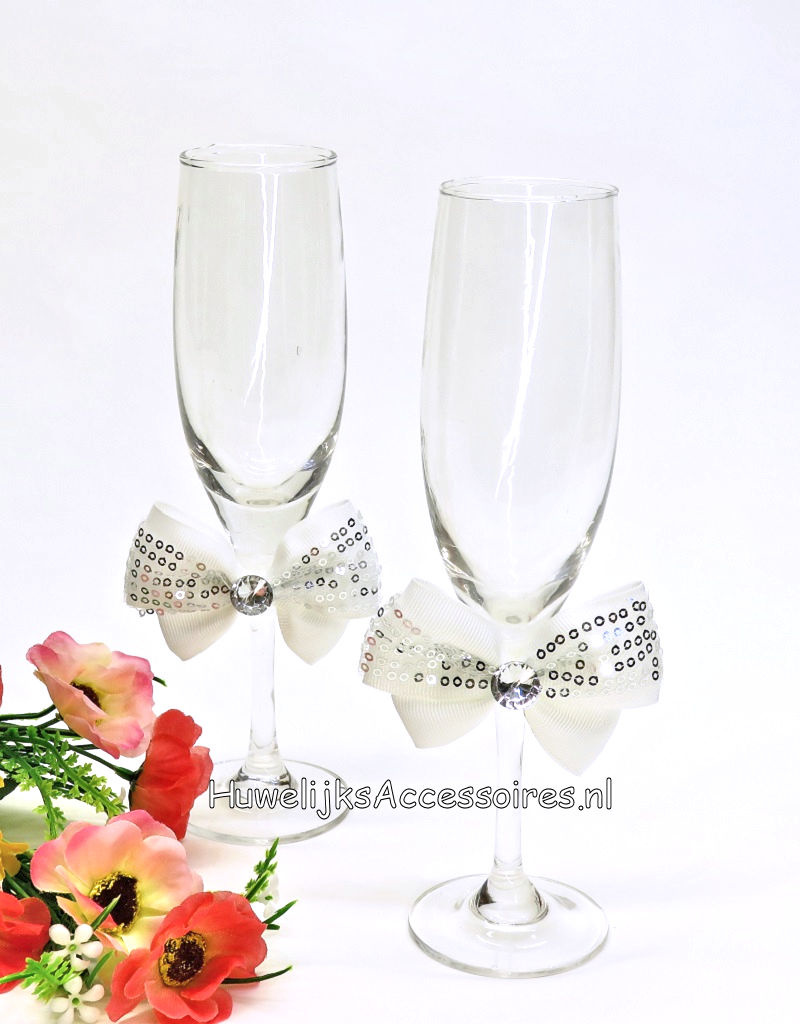 Champagneglazen met grote witte strikken en stras steen