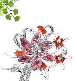 Broche versierd met koraal bloemetjes