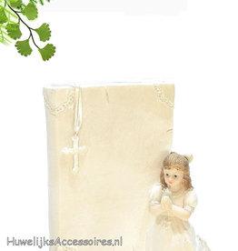 Meisje bid knielend bij een bijbel boek