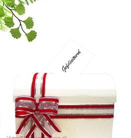 Witte enveloppendoos met rood en zilver lint