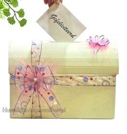 Crème enveloppendoos versiert met een grote strik