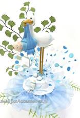 Ooievaar taart topper met een blauwe baby jongetje