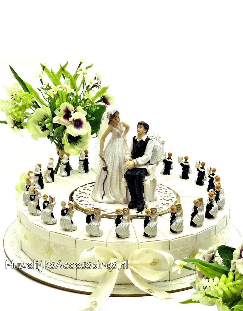 Trouwbedankjes taart bruidegom tilt de bruid op