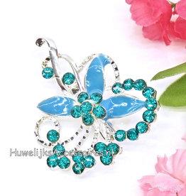 Broche met blauwe bloemblaadjes
