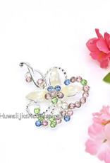 Zilveren gekleurde broche met wit geëmailleerde bloemblaadjes
