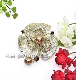 Broche versiert met 2 parels en gouden steentjes