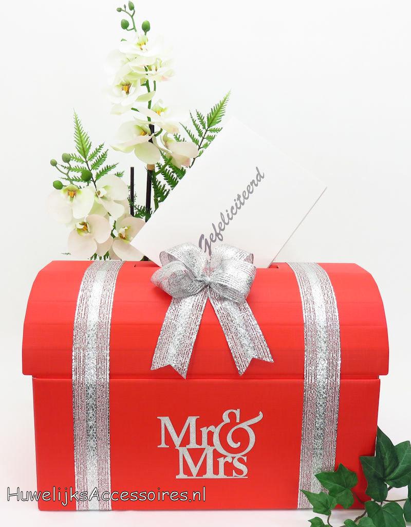 Mr & Mrs rood bruiloft enveloppendoos versierd met zilver lint