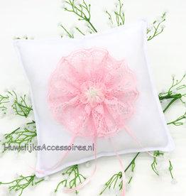 Witte trouwring kussen roze kanten rozet