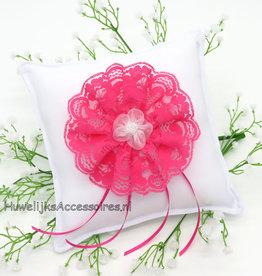 Witte trouwring kussen fuchsia kanten rozet