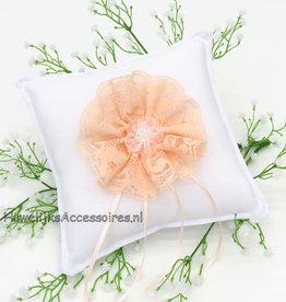 Witte trouwring kussen licht oranje kanten rozet