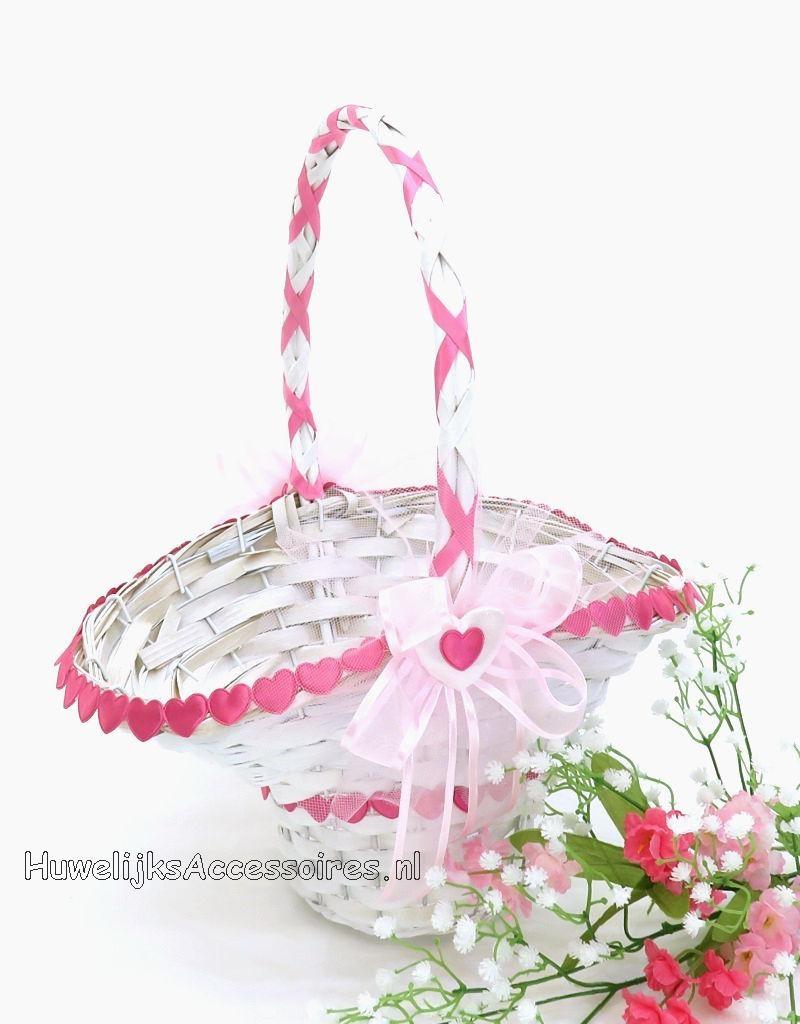 Witte rieten bloemenmandje met roze hartjes