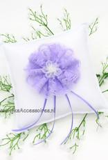 Witte trouwringen kussen met een lila kanten rozet