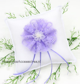 Witte trouwring kussen lila kanten rozet
