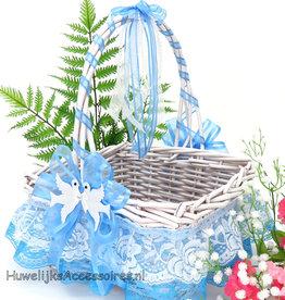 Witte rieten bloemenmand met blauw en wit kant